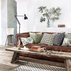 """""""Det blir ikke så rent lite botanikk i interiørene fremover. En grønn plante eller noen grønne greiner - og noen nye puter, løfter rommet på 1-2-3. Bildet…"""""""
