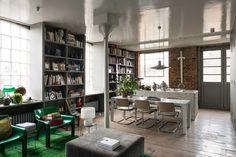 Ilse Crawford od wielu lat mieszka i pracuje w Londynie. Po 15 latach mieszkania w wyremontowanym starym magazynie, postanowiła sprzedać swoje londyńskie mieszkanie. Otwarta przestrzeń została podzielona dzięki regałom i mobilnym szafom. We wnętrzu króluje zieleń i odcienie szarości. Nie mogło zabra