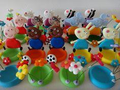 Peppa pig e seus amiguinhos no jardim (porta docinhos) Biscuit ateliemaosaarte@hotmail.com