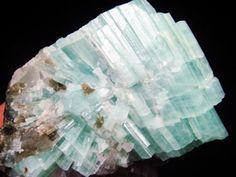 """Su nombre proviene del latín  """" aqua marina.""""   De color trasparente azul a verde marino, pertenece a la familia de los Berilos, del Persa clásico """"Berul"""",  junto a la Esmeralda, y la Morganita .  Su perfume asociado es  Ilang Ilang.  Es la gema de los marinos y los viajeros.  Refuerza el campo magnético de la persona que lo usa, actuando como una gran estabilizadora energética.  Se corresponde con el sexto chakra """"Ajna"""", la luz.  Su signo astrológico es Geminis"""