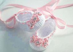 Bailarina de bebé de ganchillo zapatillas en blanco con acentos de color rosa suaves - adornado con flores de cinta mini con perlas y diamantes de imitación en el centro - también adornado con cinta de raso color rosa que puede ser atada a la pierna del bebé (o usted puede cortar si prefiere atar más corto) Hecho de hilo de ganchillo de algodón 100%  Made in USA!  Zapatos de colores: - Blanco, cinta y flor apliques - suave rosa (Nota: las imágenes digitales son tan precisas como sea…