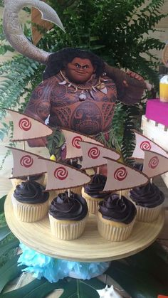 Join Maui in taking a bite out of one of these mouthwatering canoe cupcakes at this Moana Birthday Party! See more party ideas and share yours at CatchMyParty.com #catchmyparty  #moanabirthdayparty  #moanabirthdaycupcakes #maui #moanacanoe