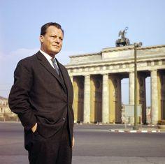 Josef Darchinger:    Willy Brandt vor dem Brandenburger Tor 1958