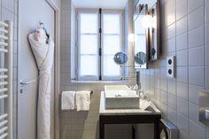 Nos jolies salle de bain, avec nos éviers design en marbre, nos miroirs multifacettes...