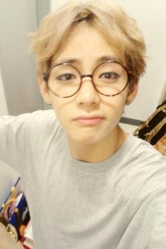 he looks totally different with those glasses ! new Tae!