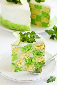 Green lemon and vanilla cake-gateau damier citron vert vanille Köstliche Desserts, Delicious Desserts, Dessert Recipes, Dessert Original, Ice Cream Bites, Lime Cake, Green Cake, Food Wallpaper, Gluten Free Pumpkin