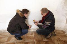 Normal oder zu nass? Feuchte Wände, vor allem im Keller, gehören zu den typischen Problemen beim Altbau. Der Sachverständige prüft das Mauerwerk und klärt die Ursachen.