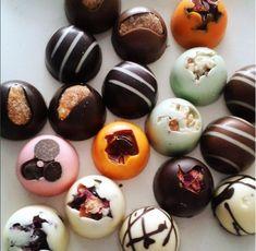 Kézzel készült bonbon különlegességek. #cudié #bonbons #csokoládé #chocolate #spanish Eggs, Breakfast, Food, Gourmet, Morning Coffee, Essen, Egg, Meals, Yemek