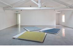 """""""Flottants"""", 2011.  Peinture glycérophtalique sur Tergal """"Plein jour"""". 200 x 240 cm chaque élément."""