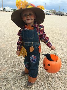 Toddler Halloween Costumes Ideas and Inspirations ⋆ BrassLook Toddler Scarecrow Costume, Halloween Costumes Scarecrow, Scarecrow Makeup, Halloween Scarecrow, Halloween Costume Contest, Toddler Costumes, Family Costumes, Halloween Kostüm, Easy Diy Costumes