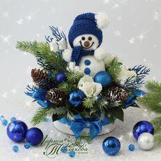 Blue Christmas Decor, Handmade Christmas Decorations, Christmas Scenes, Christmas Centerpieces, Christmas Crafts For Kids, Xmas Crafts, Christmas Flower Arrangements, Christmas Flowers, Christmas Wreaths