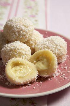 Ingredience: mouka pšeničná hrubá 300 gramů, krupice 200 gramů (jemná), čokoláda bílá 200 gramů, mléko 5 decilitrů, vejce 2 kusy, cukr 30 gramů, sůl, mouka (na vál), kokos (strouhaný, na posypání), cukr moučkový (na posypání), máslo (rozehřáté, na přelití).