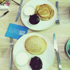 Sundays were made for pancakes. Tag a friend who you'd like to enjoy these with this morning. #rudehealthcafe 📷 @southwesttwins