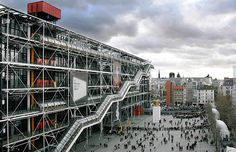 O museu é um marco da arquitetura. Desenhado pelo italiano Renzo Piano, a construção de 1977 pontuou a decadência da arquitetura moderna e o início da high-tech, corrente em que elementos tecnológicos são usados como objetos estéticos. No Pompidou, isso p (Foto: Reprodução/Pictify)