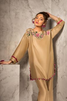 Sleeves design is an important aspect of any clothing's item-such as blouse, top, or dresses we create. Pakistani Party Wear Dresses, Simple Pakistani Dresses, Pakistani Fashion Casual, Pakistani Bridal Wear, Pakistani Outfits, Indian Outfits, Stylish Dresses For Girls, Lovely Dresses, Simple Dresses
