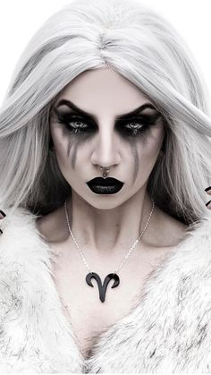 10 Spooky Makeup Looks for the Halloween Fanatic Black Girl Halloween Costume, Halloween Makeup Witch, Witch Makeup, Halloween Makeup Looks, Cool Halloween Costumes, Halloween Drawings, Creepy Halloween, Demon Makeup, Halloween Coffin