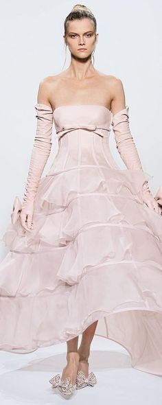 [She looks really mad. Can't say as I blame her.] Valentino Haute Couture Fall/Winter strapless pink crinoline ball gown with ruffle tiers worn with bow long gloves Valentino Couture, Valentino Garavani, Moda Fashion, Pink Fashion, Couture Fashion, Runway Fashion, Dress Couture, Rosa Style, Vestidos Fashion