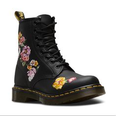 Doc Martens - What are they and how do you wear them? Style Doc Martens, White Doc Martens, Doc Martens Outfit, Doc Martens Floral, Doc Martens Women, Dr Martens 1460, Doc Martens Combat Boots, Baskets, Shoe Company