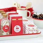 More deliciousness in red and white  #doopsuikers #doopsuiker #geboortebedankjes #geboortesuiker #doopsuikerdoosje #suikerbonen #kersen #cherry #cherries #rood #wit #candy #partyfavors #glass #paperpigeon #webshop #doopsuikerpresentatie #doopsuikerpaperpigeon