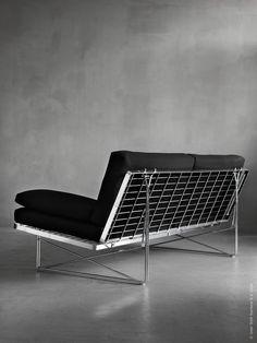 MOMENT soffa, en sinnrik design inspirerad av kundvagnens hållbara konstruktion. När IKEA letade efter en lämplig leverantör till soffan gick man till en tillverkare av kundvagnar för att ta reda på allt om hållfasthet och stabilitet. Utgångspunkten var att skapa en stilren och bekväm soffa till ett lågt pris med ett modernt utseende.