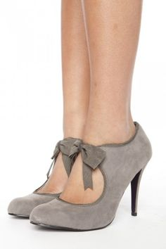 grey court shoes are DIVINE! The bow front is adorable and the suede looks so soft and lovely. Pretty Shoes, Beautiful Shoes, Grey Court Shoes, Crazy Shoes, Me Too Shoes, Look Fashion, Fashion Shoes, Girl Fashion, Fashion News