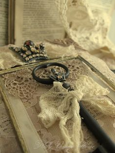 lylouanne: Des livres anciens, de la Dentelle, une clef, une couronne ... j'aime!
