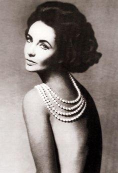 Elizabeth Taylor in 1960 wearing pearls