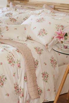 A dica de hoje é... Almofadas são itens excelentes para arrumar a cama e deixam o ambiente muito mais aconchegante. Deixe dois travesseiros bem encostados e, na frente, uma composição de almofadas menores que podem ser coloridas.