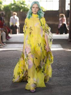 Valentino Ready To Wear Spring Summer 2021 Milan - NOWFASHION News Fashion, New York Fashion, Fashion Brand, Runway Fashion, Fashion Show, Fashion Design, Fendi, Valentino, Dolce & Gabbana