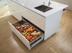 Separate lower drawer Sink unit with a separate and independent lower drawer. Free from smells and humidity it is perfect for storing food. Kitchen Drawer Organization, Kitchen Storage Solutions, Home Organization Hacks, Kitchen Pantry, New Kitchen, Kitchen Dining, Kitchen Decor, Vegetable Storage, Interior Design Kitchen