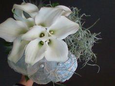 bruidsboeket - tylansia, parelmoer en witte aronskelken - flowered by falenopsis boechout