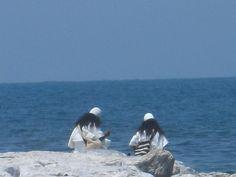 Indígenas Arahuacos en las playas de Santa Marta, un buen domingo de sol.