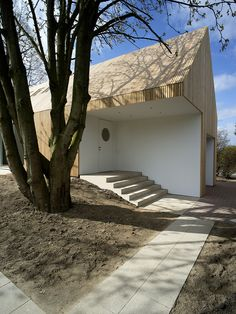 Built by Matti Schmalohr in Bückeburg, Germany with date Images by Klaus Dieter Weiss. This single storey longhouse in the park is a retirement home of a wine merchant and his wife, in close proximity to . Timber Architecture, Contemporary Architecture, Architecture Design, Exterior Design, Interior And Exterior, Modular Housing, Steel Frame House, Timber House, Wood Siding