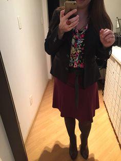 Saia evasé vinho, cinto preto, Ankle boot marrom, meia calça marrom, camisa florida é blazer preto. Eu me amei! ❤️