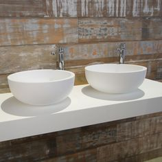 Dubbele wastafel met twee waskommen voor een minimalistische look in uw badkamer.      #waskom #wit #wastafel #wastafelblad #dubbele #rvs #opbouwkraan Sink, Toilet, Bathroom, Home Decor, Showroom, Modern Design, Plastic, Taps, Everything