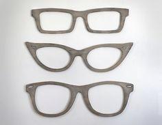 Drieën stijlen van bril zijn oversized leuk voor thuis of op kantoor.  Elke grootte: 31 W x 9 H x. 5 D  Deze aanbieding is voor één (1) stuk oog glazen wand decor. Kies uw stijl uit onze pull-down menu.  Kleur weergegeven: Drijfhout-grijs  Deze over-sized brillen zijn gesneden van halve inch hout en afgewerkt in een van onze 27 kleuren (zie laatste foto--slimme telefoon gebruikers, vegen de foto aan de linkerkant).  Heeft twee sleutelgaten in de rug voor snelle en gemakkelijke opknoping.  ©…
