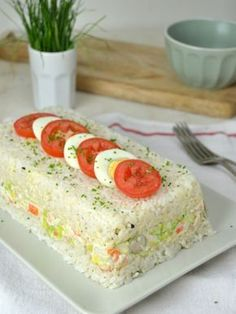 Pastel frío de arroz con atún y surimi - Tapas, Good Food, Yummy Food, Sandwich Cake, Rice Cakes, Savoury Cake, Clean Eating Snacks, Appetizer Recipes, Appetizers