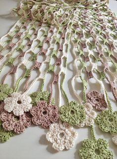 Esta bonita écharpe foi feita em crochet com fio de algodão. Eu chamo écharpe a um cachecol especialmente comprido. As pontas terminam numa linha de pequenas e lindas flores trabalhadas em crochet. As cores representam os tons da natureza. O conjunto é muito bonito e delicado. Material: fio 100% algodão. Dimensões aproximadas: 17 cm x 190 cm. Todas as minhas criações são peças únicas.