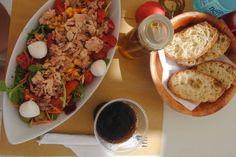 Typický snack na pláži Isola Bianca. Tuniakový šalát s mozzarelou.