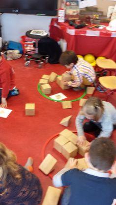 Samen bouwkaarten nabouwen > coöperatieve werkvorm ! Motor Activities, Activities For Kids, Block Play, Teaching Schools, Leader In Me, Cooperative Learning, Math Stations, School Themes, Gross Motor