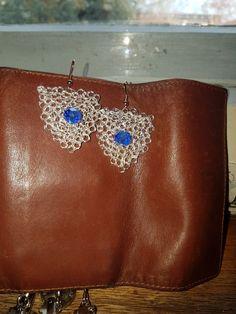 Orecchini realizzati con filo argento con anima in rame e cristalli Boemia. Punto peruviano