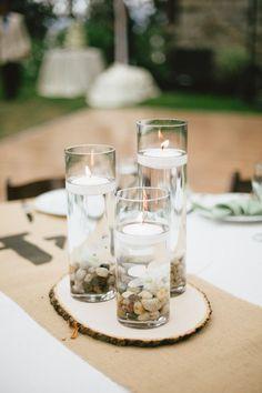 Cuando decoramos una boda, debemos tomar un montón de decisiones. Una de las más importantes, es la de escoger unos bonitos centros de mesa para el banquete, que nos ayude a decorar la mesa de una forma bonita, siguiendo el estilo que hemos marcado en general. Ya anteriormente os hablábamos de los centros de mesa para bodas …
