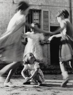 Des filles jouent en Italie 1954 // par Vitaliano Bassetti