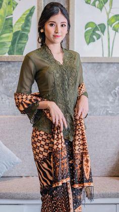 Kebaya Bali, Kebaya Dress, Indonesian Kebaya, Thai Traditional Dress, Traditional Fashion, Model Kebaya Modern, Crochet Skirt Pattern, Muslim Women Fashion, Beautiful Asian Women