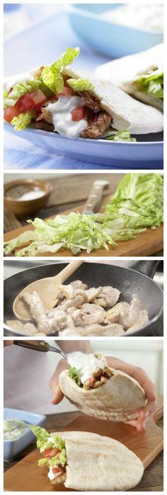 Es wird eine Tasche in die Pita-Brote Geschnitten und diese wird dann mit Salat, Tsatsiki und Putenstreifen gefüllt: Saftige Puten-Döner Kindersnack (10–14 Jahre) | http://eatsmarter.de/rezepte/saftige-puten-doener