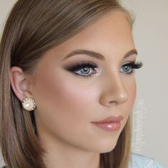 ▷ 75 Inspirational Evening Make Up Suggestions For Stylish .- ▷ 75 inspirierende Abend Make Up Vorschläge für stilvolle Damen make up tips beautiful young woman with dark blond hair and big blue eyes pearl earrings shiny lips - Makeup Tips For Blue Eyes, Wedding Makeup For Blue Eyes, Wedding Makeup Tips, Natural Wedding Makeup, Blue Eye Makeup, Bride Makeup, Smokey Eye Makeup, Wedding Hair And Makeup, Make Up For Blue Eyes Blonde Hair
