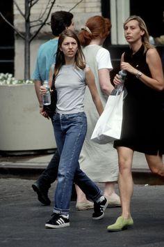 Radio City Music Hall, Grunge Style, Keanu Reeves, Tim Burton, Soho, Sofia Coppola Style, Rolled Jeans, Mode Jeans, Mtv Videos