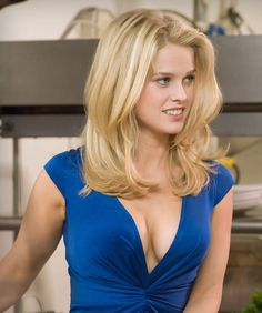 Alice Sophia Eve is an English actress best known for her roles in the films Starter for Crossing Over, She's Out of My League, Sex and the City The Raven, Men. Alice Eve Hot, Alice Sophia Eve, Beautiful Female Celebrities, Beautiful Actresses, Gorgeous Women, Actrices Blondes, Blonde Actresses, Actrices Hollywood, Blonde Women