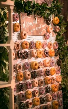 Every girl adores donuts. Can you imagine adding donuts into your wedding? Donuts are great wedding walls not only because they are delicious and good-looking, we also love it for its budget-saving and creative visual effect. Wedding Donuts, Wedding Desserts, Wedding Cakes, Wedding Decorations, Decor Wedding, Wedding Foods, Candy Bar Wedding, Diy Sweet 16 Decorations, Wedding Centerpieces