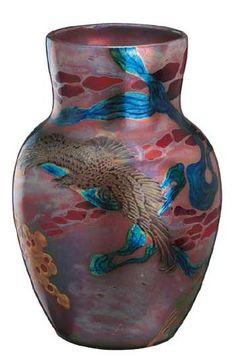 Zsolnay váza, repülő sas, panoráma képpel Porcelánfajansz, eozin, un. Nabis váza, Magasság: 25,5 cm Jelzés: domború körpecsét, F: 5305 Kikiáltási ár: 380 000 Ft